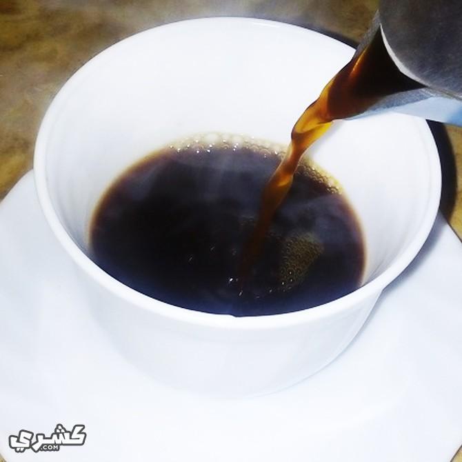 قم بصب القهوة