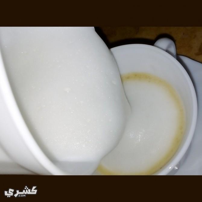 أضف الرغوة إلى القهوة