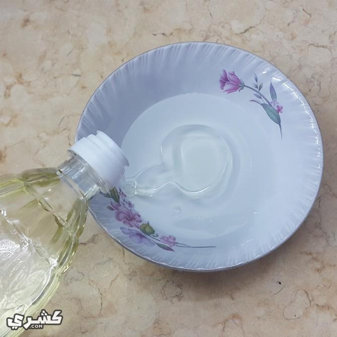 استخدمي الماء الدافيء و قطرات من منظف الصحون