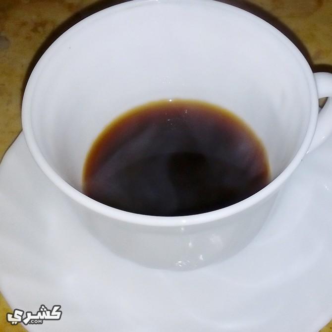 ضع القهوة في الفنجان